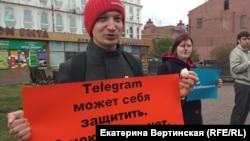Активист Павел Чернухин с конфетой, подаренной кришнаитами