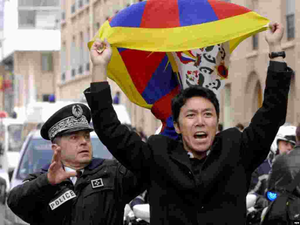 Олимпийский огонь из Пекина спровоцировал в Париже выступления в поддержку оккупированных Китаем территорий Тибета, 2008.