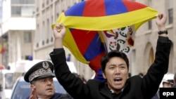 Бәйсез Тибет тарафдары Парижда протест белдерә