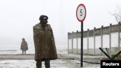 Российские военные возле украинской военной базы в Перевальном. Крым, 16 марта 2014 года