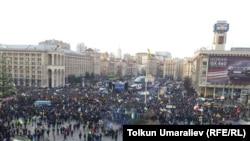 Киевта хөкүмәт бинасы каршында урам җыеннары көн саен дәвам итә