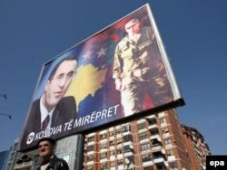 Биллборд с изображением Рамуша Харадиная в Приштине
