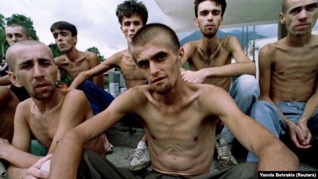 Muslimanski zatočenici čekaju hranu nakon oslobađanja iz logora Dretelj, 1993.