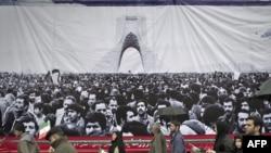 تظاهرکنندگان شرکت کننده در راهپيمايی ۲۲ بهمن از مقابل تصوير روزهای نخست انقلاب بهمن ۱۳۵۷ عبور می کنند.