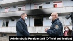 """Președintele Klaus Iohannis a mers la spitalul """"Matei Balș"""" din Capitală în această iarnă după incendiul în care au murit 17 persoane. Aici, președintele țării alături de Raed Arafat. """"Matei Balș"""", 29 ianuarie 2021"""