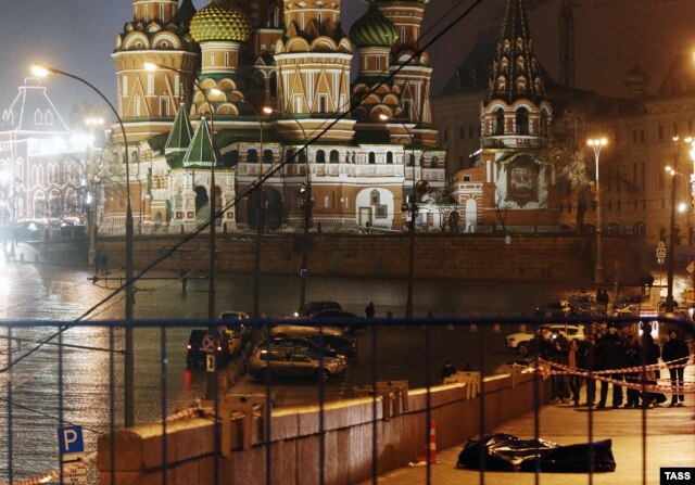 Nemtsov's covdered body on the bridge near the Kremlin where he was shot and killed
