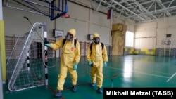 Сотрудники Московского городского центра дезинфекции (МГЦД) проводят дезинфекцию в спортзале школы перед началом учебного года.