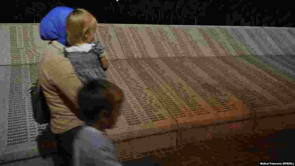ქალი შვილებთან ერთად პოტოკარის მემორიალურ ცენტრთან, სადაც ამოტვიფრულია სრებრენიცის ხოცვა-ჟლეტის 7000-ზე მეტი მსხვერპლის გვარები. სრებრენიცის ხოცვა-ჟლეტა გენოციდის აქტად აღიარა ორმა საერთაშორისო სასამართლომ.