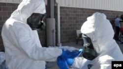 Эболадан сақтанып тұрған адамдар. (Көрнекі сурет)