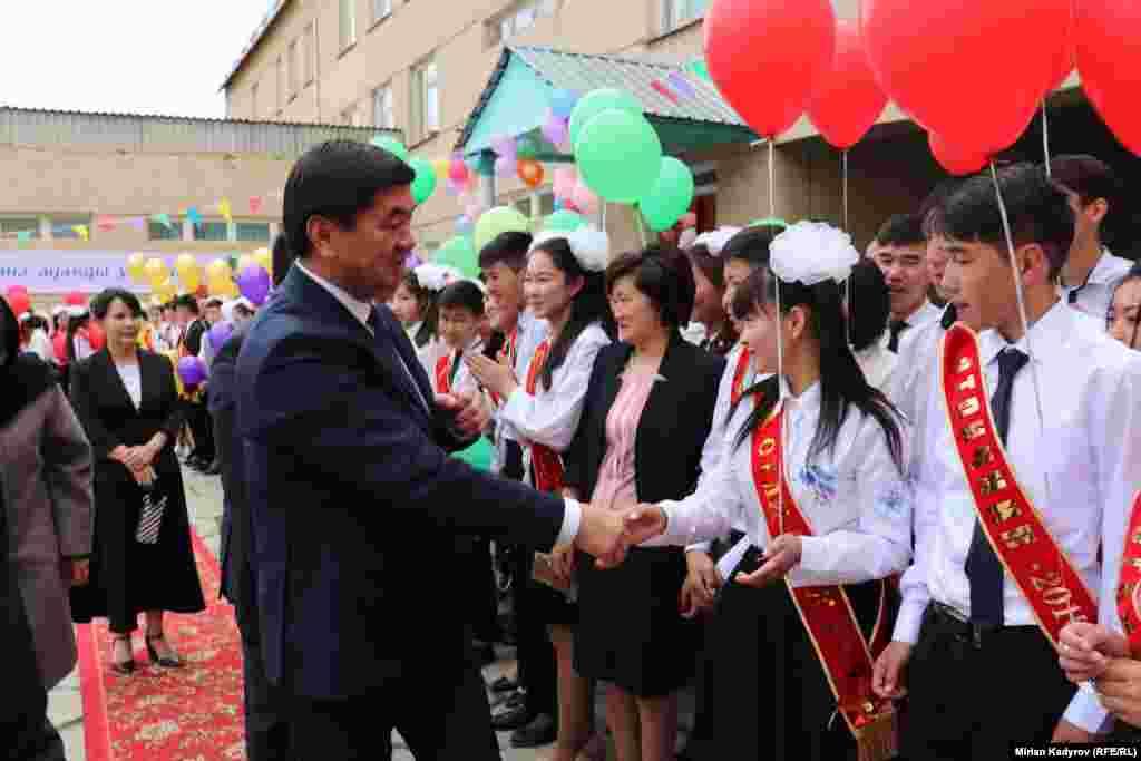 """Нарын шаарындагы мектептердин бриндеги """"Акыркы коңгуроого"""" премьер министр Музаммедкалый Абылгазиев катышты."""