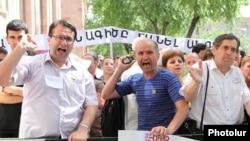 Демонстранты, протестующие против законопроекта возле входа в зал заседаний правительства. Ереван, 10 июня 2010 г.