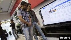 Ирандықтар ресми тележаңалықтарды көріп тұр. Тегеран, 10 қараша 2011 жыл