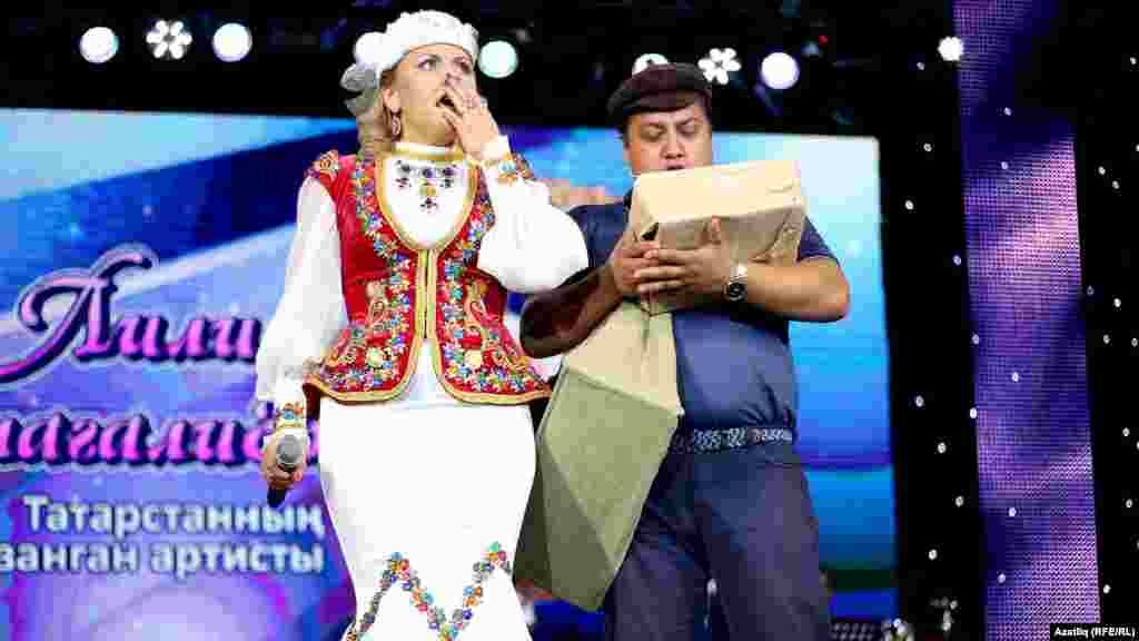 Лилия Муллагалиева һәм концертны алып баручы Рөстәм Гайзуллин