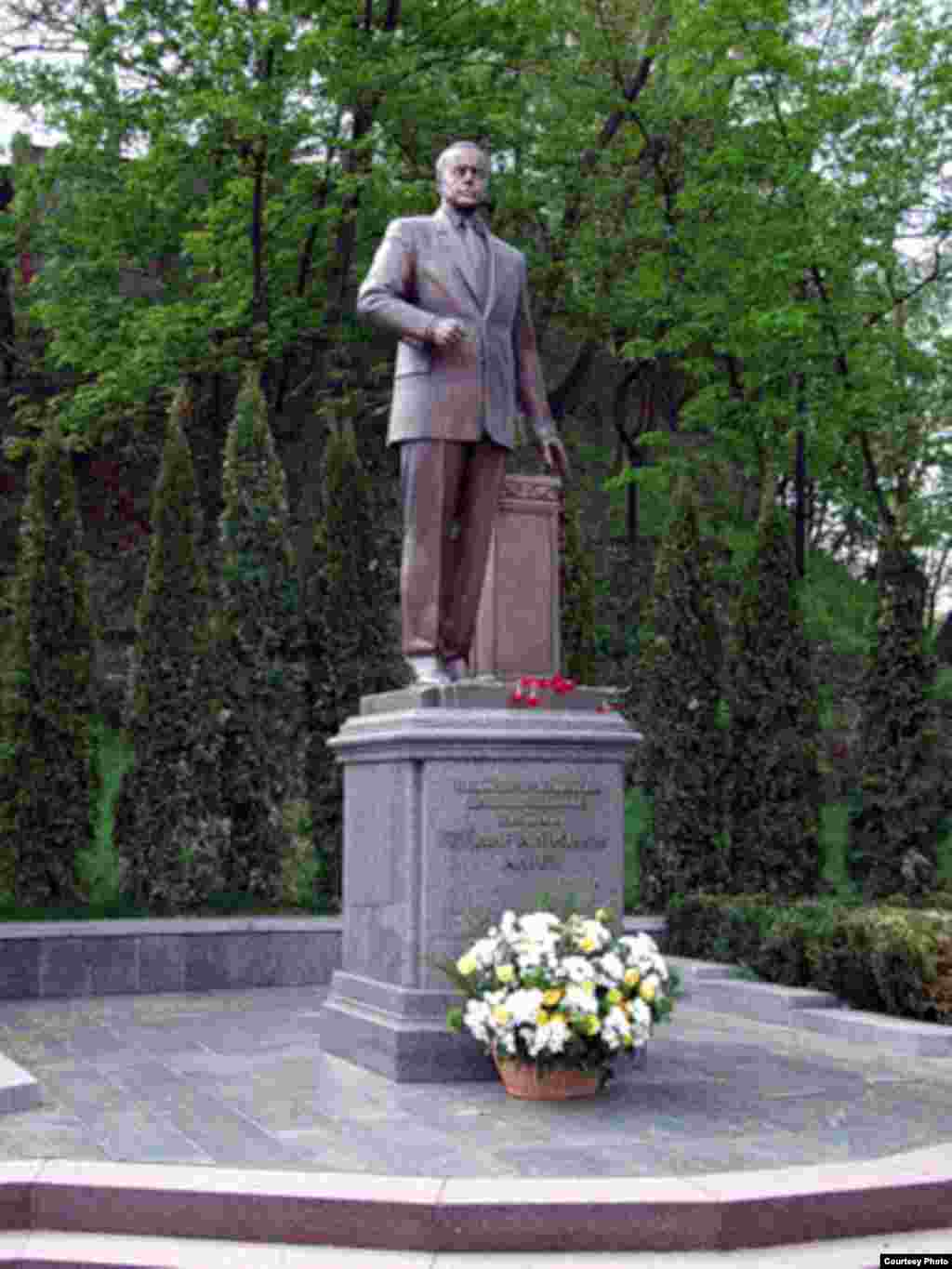 A statue of Heydar Aliyev was unveiled in Kyiv, Ukraine, on June 4, 2004.