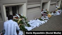 Počast žrtvama poginulim u padu aviona MH17 ispred ambasade Holandije u Moskvi
