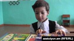 Ալլա Մակարյանը այս տարի Լոռու մարզի Ծաղկաշատ գյուղի դպրոցի միակ առաջին դասարանցին է, 1-ը սեպտեմբերի, 2015թ․