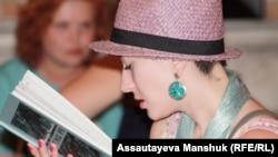 Одна из участниц поэтического фестиваля. Алматы, 14 июля 2012 года.