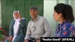 Журналист Радио Озоди беседует с родителями Сорбона