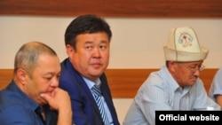 Шаршенбек Абдыкеримов (в центре).