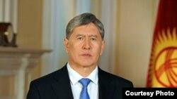 Президент Атамбаев 710 одамни фуқароликка қабул қилиш ҳақидаги фармонни имзолади.
