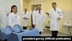 Уладзімер Каранік (справа), новы міністар аховы здароўя, у час наведваньня Аляксандрам Лукашэнкам Менскага гарадзкога клінічнага анкалягічнага дыспансэра, 29 сьнежня 2017 году