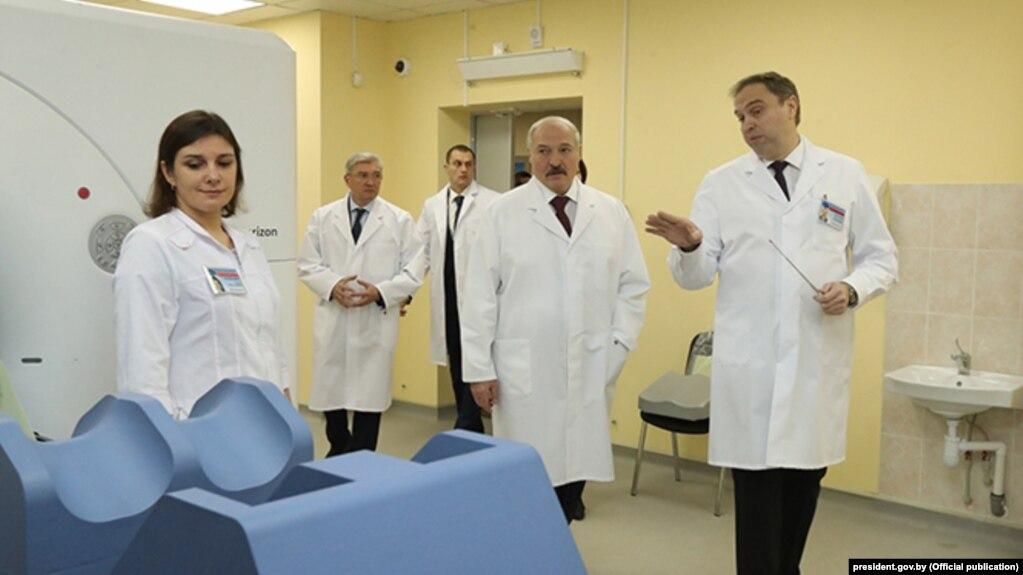 Уладзімер Каранік (справа), новы міністар аховы здароўя, у час наведваньня Аляксандрам Лукашэнкам Менскага гарадзкога анкалягічнага дыспансэра