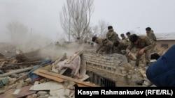 Разрушенные в результате крушения «Боинга-747» дома в дачном поселке вблизи аэропорта «Манас»
