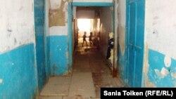 Геолог ауылындағы №65 жатақхананың ішкі көрінісі. Атырау қаласы, 24 тамыз 2010 жыл. Көрнекі сурет