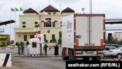 'Türkmenistana giren badyňa para berýäň'