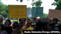 Архивска фотографија - Протест на новинари пред Основниот суд во Скопје.