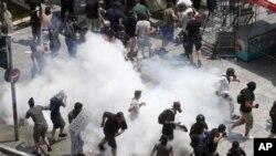 Полиция применяет слезоточивый газ, чтобы разогнать демонстрантов