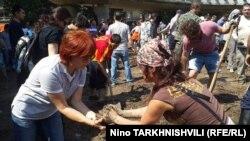 Жители Тбилиси принимают участие в ликвидации последствий наводнения, 14 июня 2015 года.