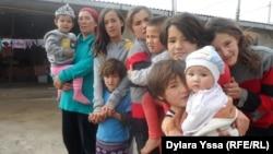 Карлыгаш Дарибаева со своими детьми во дворе дома, где они живут. Шымкент, 30 декабря 2015 года.