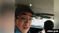 Житель Караганды Геннадий Надырбеков — который облил себя бензином 2 июня возле здания областного суда в знак протеста против несправедливого, по его мнению, приговора — в полицейском автомобиле после его задержания. Караганда, 3 июня 2020 года.