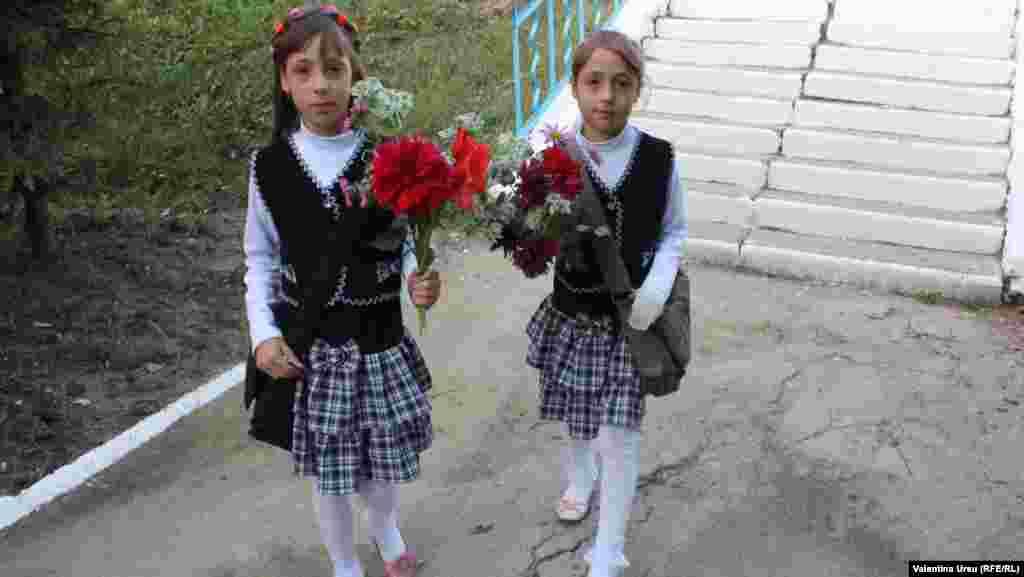 Молдованың Баланести шәһәрендә кызлар мәктәпкә чәчәкләр күтәреп бара