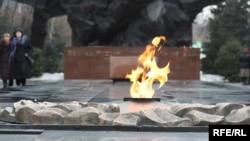 Вечный огонь в Парке имени 28 гвардейцев-панфиловцев в Алматы.