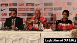 مدرب المنتخب العراقي بكرة القدم حكيم شاكر (وسط) يتحدث في مؤتمر صحفي في المنامة