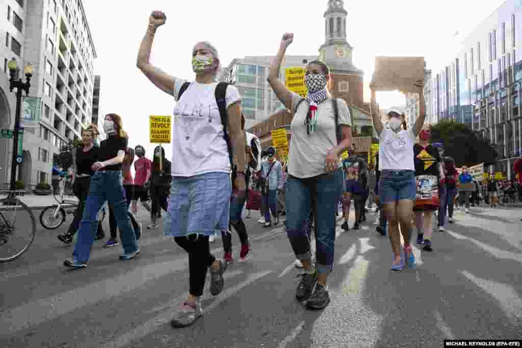 Протестувальники проходять центром Вашингтону, округ Колумбія, США