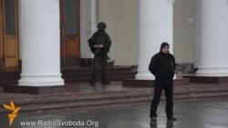 Російські військові оточили Сімферопольський аеропорт