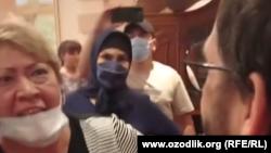 В мае этого года в дом Джахонгира Атаджанова в Ташкенте ворвалась группа неизвестных женщин, которая устроила скандал в доме бывшего певца и закидала его дом яйцами.