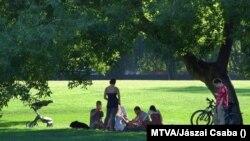 Fővárosi fiatalok kisebb létszámú baráti találkozója a Városliget rétjén, Budapest, 2020. augusztus 20. (MTVA/Jászai Csaba)