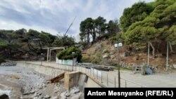 Набережная в Форосе: вдали виднеются строительные краны
