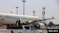 Тәліптер Кабул әуежайында. 31 тамыз 2021 жыл.