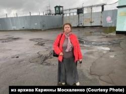 Каринна Москаленко у стен колонии №15, где произошел бунт