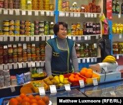 Prodavačica Lilija u selu Komsomolski živi sa suprugom i decom u jedinom useljenom stanu u njenom ulazu.