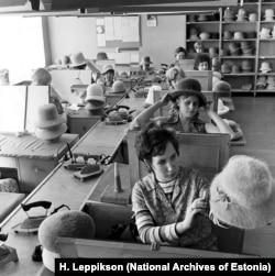 Шляпники работают над своими новыми творениями. 1972 год.