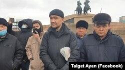 Макс Боқаев (ортада) Атыраудағы алаңда тұр. 28 ақпан 2021 жыл.