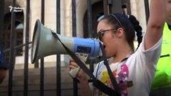 """""""Той е срам за каскета."""" Нова форма на протест срещу главния прокурор"""