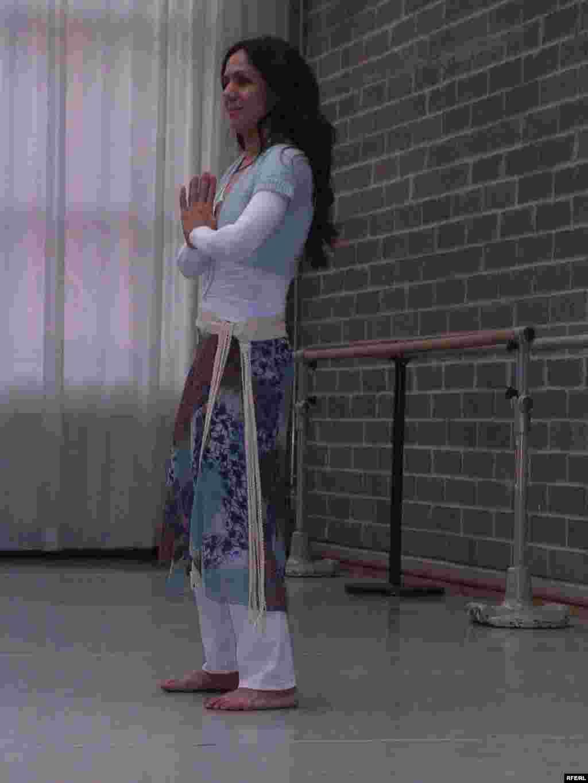 بنفشه صیاد در حال آغاز تمرین های ورزش برای کلاس رقص صوفی، او در این کلاس ها گوشه هایی از ورزش باستانی ایرانی و تمرین های صوفیانه از جمله رقص صوفیان قونیه را با علاقمندان اروپایی در میان می گذارد