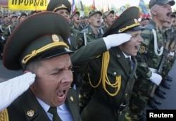 Солдаты участвуют в военном параде по случаю празднования Дня независимости в столице Приднестровья Тирасполе. 2 сентября 2012 года.
